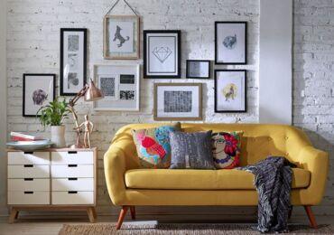 Как оформить стену в гостиной над диваном