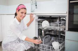 Посудомойка рядом с плитой