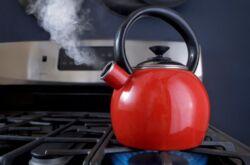 При какой температуре закипает вода в чайнике