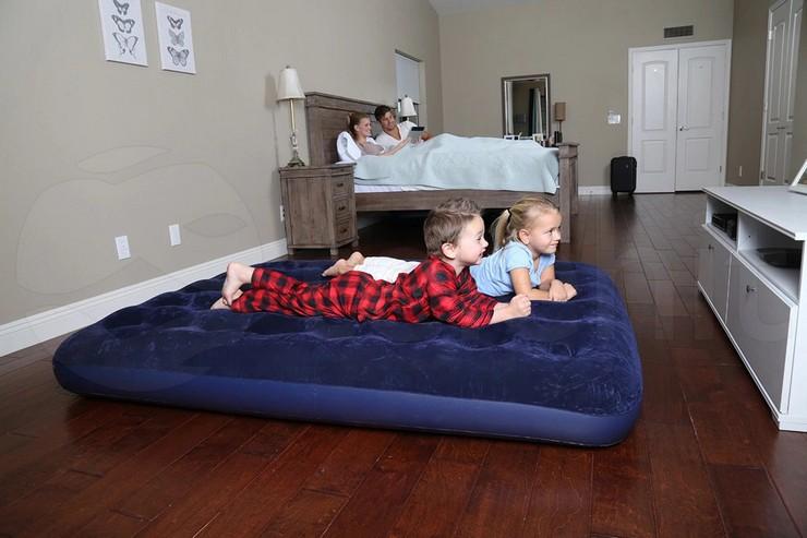 Вредно ли спать на надувном матрасе постоянно