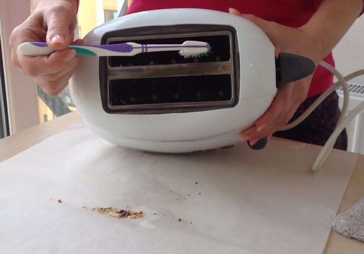 Чем лучше чистить тостер внутри