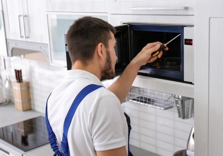 Почему микроволновая печь плохо разогревает еду