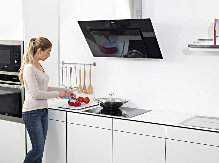 Плюсы и минусы наклонной вытяжки на кухне