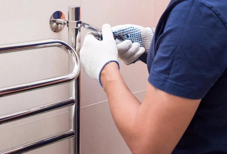 На какой высоте вешать полотенцесушитель в ванной