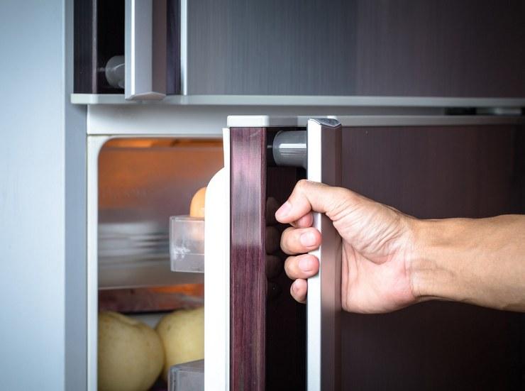 Скрипит дверь холодильника