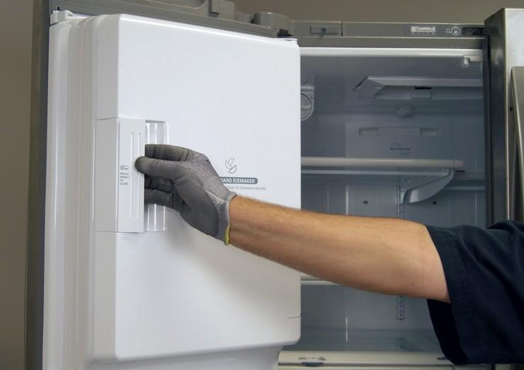 Этапы процедуры смазывания двери холодильника