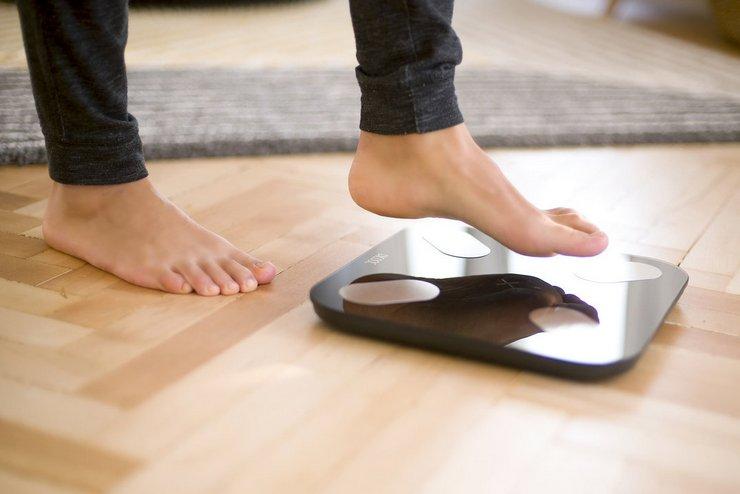 Как правильно взвешиваться на электронных напольных весах