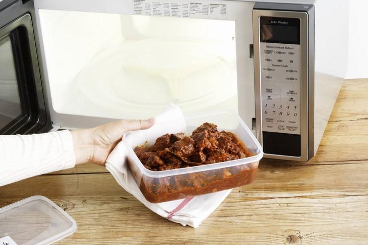 Как безопасно пользоваться пластиковой посудой для микроволновки