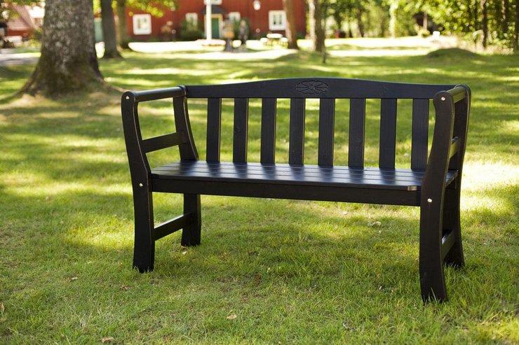скамейки с деревянной спинкой