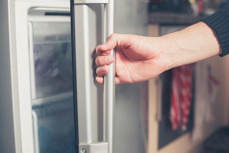 Основные причины, почему дверь холодильника может не закрываться