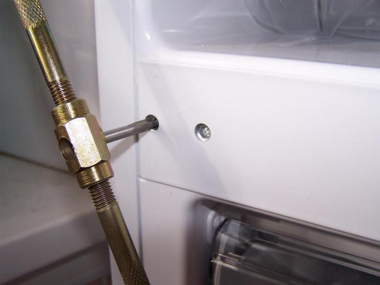 Как устранить перекос двери холодильника