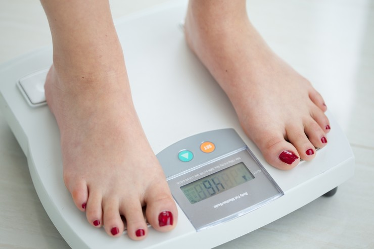 Почему электронные весы показывают разный вес