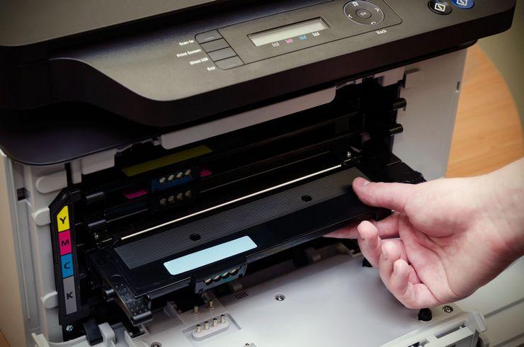 Почему лазерный принтер печатает черным?